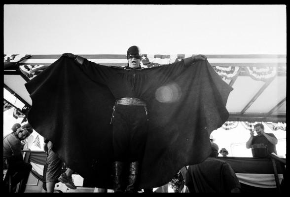 The-Mask-of-Zorro-with-Antonio-Banderas-by-Greg-Williams-012-588x399 ... Antonio Banderas